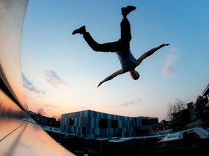 Stuntman Raffael springt von einem Dach in die Tiefe.